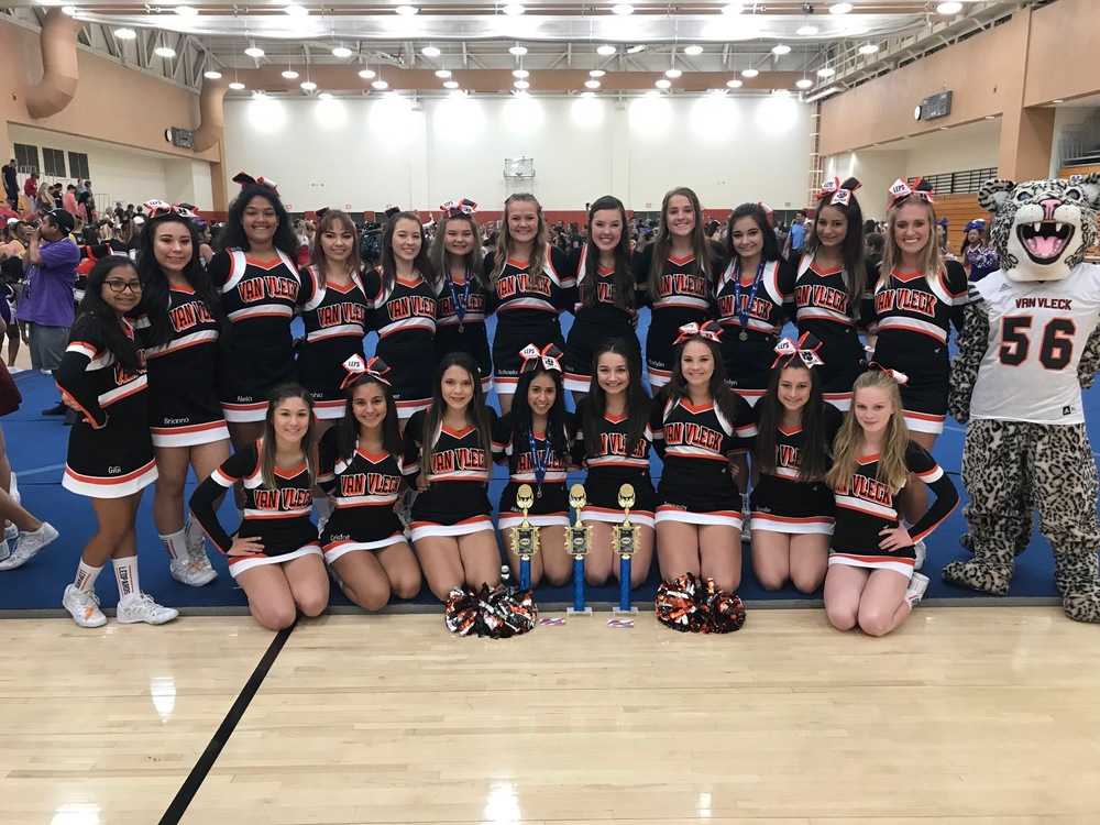 VVHS Cheerleaders & Mascot Attend Cheer Camp at UT